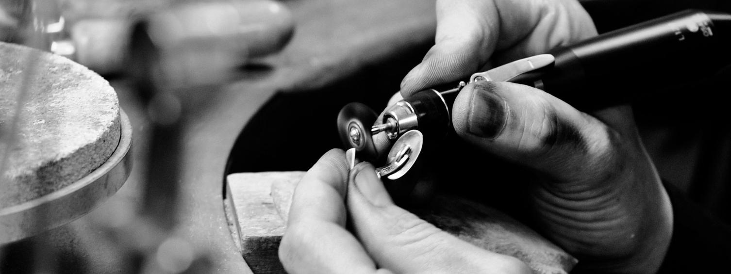 På webbshoppen hittar du ett rikt sortiment av ädelmetaller, halvfabrikat, diamanter och stenar samt verktyg och maskiner för både guldsmeder, silversmeder och urmakare.