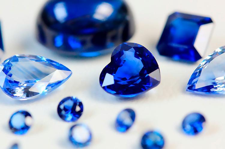 Många mineraler bildar vackra kristaller, men de mest uppskattade av alla är ädelstenar. Oslipade ser de ofta ganska vanliga ut och skiljer sig föga från andra stenar, men efter en omgång slipning, fasettering och polering skiner deras fulla färger igenom, och deras karaktär framträder ordentligt.
