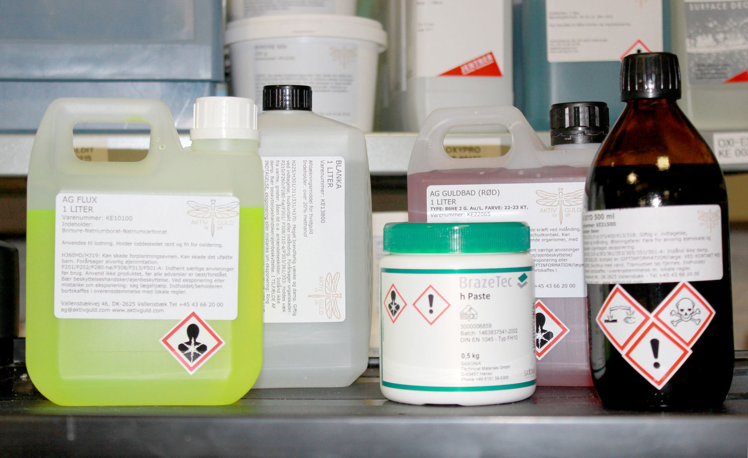 Enligt Arbetsmiljöverkets regler krävs det tillstånd eller anmälan för arbete med vissa kemiska och biologiska ämnen som medför särskilda risker